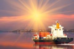 Schip met container in dok op solf blauwe hemel Stock Foto's