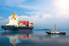 Schip met container in dok op solf blauwe hemel Royalty-vrije Stock Afbeelding