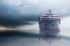 Schip met container in dok op solf blauwe hemel stock fotografie