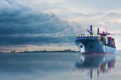 Schip met container in dok op solf blauwe hemel Stock Afbeelding