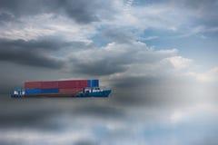 Schip met container verschepende goederen Stock Afbeeldingen