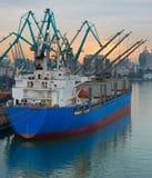 Schip met kranen bij haven Royalty-vrije Stock Fotografie