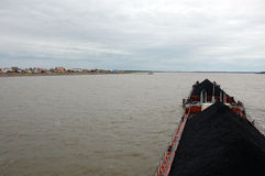 Schip met steenkool bij Kolyma-rivier dichtbij dorp Royalty-vrije Stock Afbeelding