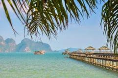 Schip met toeristen dichtbij de pijler in de Baai van Phang Nga Royalty-vrije Stock Foto's