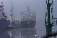 Schip in mist bij de haven Stock Foto's