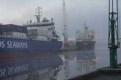 Schip in mist bij de haven Stock Afbeelding