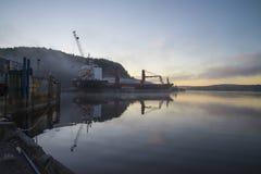 Schip in mist bij de haven Royalty-vrije Stock Fotografie