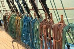Schip multi-colored kabels op het sporen amd houten dek royalty-vrije stock afbeeldingen