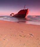 Schip na wrak op de kust stock foto's