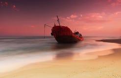 Schip na wrak op de kust stock foto