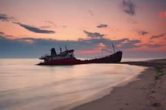 Schip na wrak op de kust royalty-vrije stock afbeelding