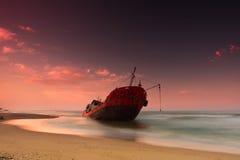 Schip na wrak op de kust stock afbeeldingen