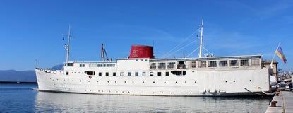 Schip omgezet in een drijvend hotel - botel gedokt in haven stock afbeeldingen