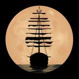 Schip op achtergrond van de maan Stock Afbeeldingen