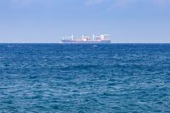 Schip op de horizon Stock Foto's