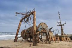 Schip op de kust van de Namibe-Woestijn wordt en wordt gesloopt en wordt verlaten begraven die Afrika, Angola royalty-vrije stock afbeelding