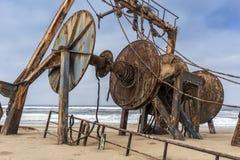 Schip op de kust van de Namibe-Woestijn wordt en wordt gesloopt en wordt verlaten begraven die Afrika, Angola royalty-vrije stock fotografie