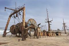 Schip op de kust van de Namibe-Woestijn wordt en wordt gesloopt en wordt verlaten begraven die Afrika, Angola stock afbeeldingen
