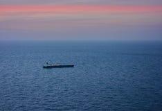 Schip op de oceaan bij schemer royalty-vrije stock fotografie