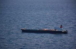 Schip op de oceaan bij schemer royalty-vrije stock afbeeldingen