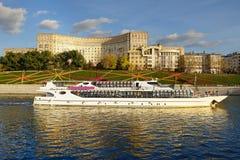 Schip op de Rivier van Moskou Stock Foto's
