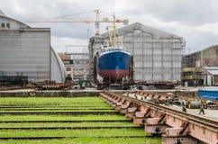 Schip op de voorraden in de scheepswerf stock afbeeldingen