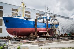 Schip op de voorraden in de scheepswerf royalty-vrije stock afbeelding