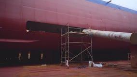 Schip op drydock tijdens vernieuwing stock video