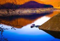 Schip op het bergmeer Stock Afbeelding