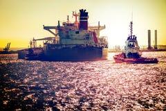 Schip op overzees bij zonsondergang Stock Afbeelding