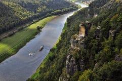 Schip op rivier elbe dichtbij Bastei in Saksen Stock Foto