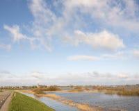 Schip op rivier ijssel dichtbij Zalk tussen Zwolle en Kampen in Nederland Stock Afbeeldingen