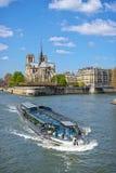 Schip op rivierzegen en kathedraal Notre Dame de Paris Stock Foto