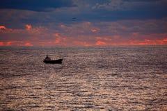 Schip op zonsopgangoverzees Stock Fotografie