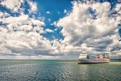 Schip in overzees op bewolkte blauwe hemel Zeegezicht met lijnboot en wolken De zomervakantie, avontuur en zwerflustconcept royalty-vrije stock foto