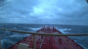 Schip in ruwe overzees stock footage