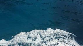 Schip scherpe golven, Ionische Overzees, het eiland van Griekenland, Lefkada stock footage