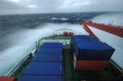 Schip in stormachtige overzees Stock Afbeelding