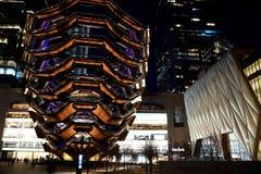 Schip TKA, een spiraalvormige eindeloze trap met de erachter Loods dichtbij het, skyscrappers Nachtmening met verstralers Hudson  stock foto's