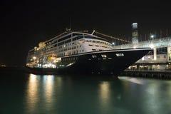Het schip van de cruise dat bij oceaanterminal bij nacht wordt gedokt Stock Foto