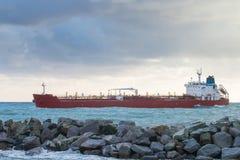 Schip van de olie komt het chemische tanker in haven aan Stock Foto's