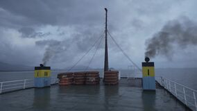 Schip van de reddingsbootveerboot, dek die, materiaal, Reddingsboei, overleving, zuiden, catastrofe, noodsituatie, sinaasappel, r stock videobeelden