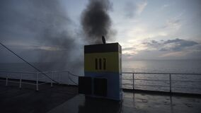 Schip van de reddingsbootveerboot, dek die, materiaal, Reddingsboei, overleving, zuiden, catastrofe, noodsituatie, sinaasappel, r stock footage