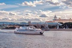 Schip van de Vloot Radisson en de Brug van Pushkin Andreevsky in het Park van Gorky royalty-vrije stock afbeeldingen