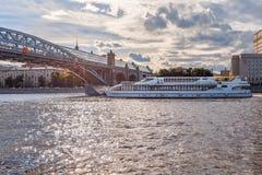Schip van de Vloot Radisson en de Brug van Pushkin Andreevsky in het Park van Gorky royalty-vrije stock foto's