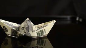 Schip van 100 dollars die in het overzees van olie drijven stock footage