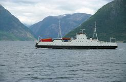Schip-veerboot in fiord Stock Foto's