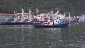 Schip vliegende vlag van de zeilen van Rusland tegen achtergrond van oorlogsschepenKustwacht stock videobeelden
