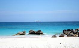 Schip voor de kust Stock Foto