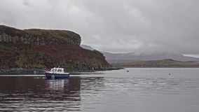 Schip voor de zalmproductie op Loch Harport op het Eiland van Skye - Schotland stock video